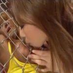 【愛撫レズ動画】監禁した黒ギャルを金網越しに可愛がった後は受け責め逆転し乳首舐めや手マンでご奉仕させる♡