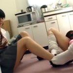 【女子校生レズ動画】ハイソックスのJKとルーズソックスのJKが足で靴下を脱がし合い足をいやらしく絡め合って感じ合う♡