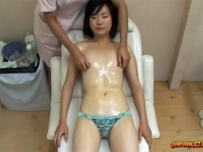 【マッサージレズ動画】貧乳のお姉さんがレズエステティシャンにモロ感乳首や秘部を指やローターで弄られ物静かに感じる♡