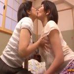 【熟女レズ動画】旦那の妹である義妹との秘め事…舌を絡め合い巨乳のおっぱいに吸い付き合う中年レズビアン♡