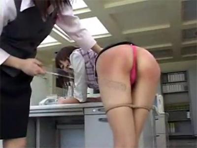 【SMレズ動画】仕事のミスを反省させるためお尻が真っ赤になるまで定規で尻叩きのおしおきをするドSのOLレズビアン♡