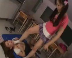 【SMレズ動画】放課後の教室で先生をイジメる鬼畜なロリ少女…足で顔を踏みつけたり気道を塞いで窒息プレイ♡