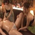 【マッサージレズ動画】ホルスタインバストのムチムチ熟女が2人のエステティシャンにおっぱいや腋を責められ淫らに喘ぐ♡
