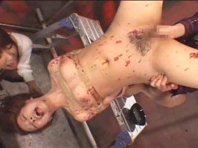 【AV女優レズ動画】「希咲エマ」が緊縛され逆さ吊りのまま蝋燭責めやフィストファックで姉に凌辱される…♡