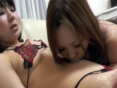 【愛撫レズ動画】セクシーなランジェリー姿のレズビアンがねっとりとした舌遣いでおへそをイヤらしく舐め合う♡