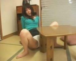 【オナニーレズ動画】机の角に純白下着越しのおまんこをコスリつけて角オナニーに耽る昼下がりの人妻♡