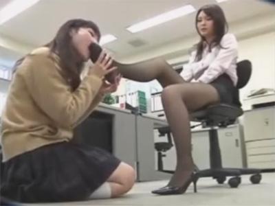 【女子校生レズ動画】先生と生徒のレズカップルがフェチプレイ…女教師が蒸れたパンスト足の匂いを嗅がせて舐めさせる♡