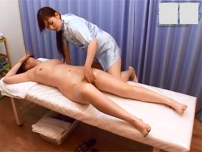【無修正レズ動画】恥ずかしくて手で顔を隠しながらもスタッフのマッサージや指マンのテクニックに喘ぎまくるお姉さん♡