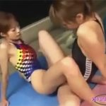 【セックスレズ動画】おまんこにピッタリとフィットする競泳水着を着て土手マンをコスリ合わせて貝合わせ♡