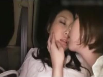 【愛撫レズ動画】付き合い始めて間無しのアツアツのレズカップルが車内や路上で闇に紛れてイチャイチャ♡