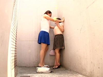 【愛撫レズ動画】路地裏で背の高いレズビアンに壁ドンされて顔を舐められ乳首に優しく吸い付かれる小柄な女の子♡