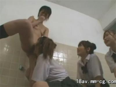 【女子校生レズ動画】女子寮のお風呂場で剃毛したツルマンのロリJKにキスやクンニをする同級生♡