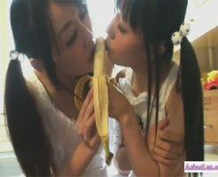 【キスレズ動画】ツインテールの黒髪ロリ少女がバナナの舐め合いから濃厚キスや愛撫に発展♡