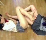 【女子校生レズ動画】教室でローションを使ってヌルヌルの脚を絡めパンツ越しのおまんこを足マンするJK♡