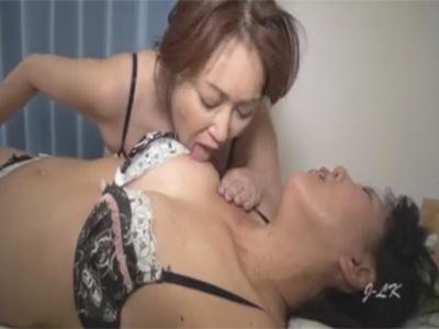 【熟女レズ動画】アラフィフの完熟レズビアンが下着を脱がさずへそだけを責めるマニアックなレズプレイ♡