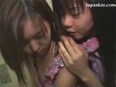 【愛撫レズ動画】障害者用トイレでアナルにもおまんこにもバイブを突っ込まれ声を殺してイッちゃうミニスカのお姉さん♡