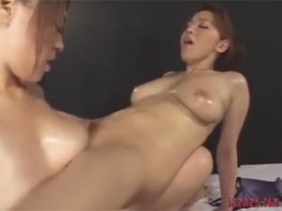 【愛撫レズ動画】巨乳のお姉さんの乳房でおまんこを刺激する貝ズリで気持ち良くなるムチムチレズビアン♡