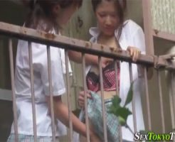 【盗撮レズ動画】ボロアパートのベランダでマンズリでイカせ合う女子校生の素人カップル♡