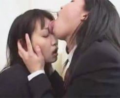 【キスレズ動画】最初は濃厚なキスだったのが段々と激しくなり顔舐めにまで発展する女子校生カップル♡