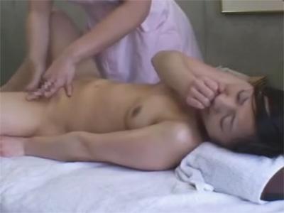 【マッサージレズ動画】無料エステ体験に来たムチムチお姉さんが恥ずかしがりながら胸やおまんこを弄られる♡