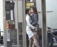 【キスレズ動画】公衆の面前で周りを気にせずにイチャイチャするOLカップルとウェイトレスコスのカップル♡