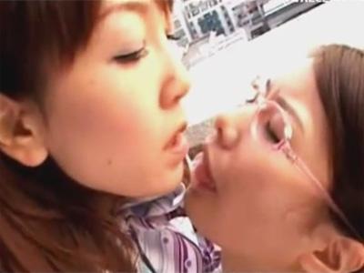 【愛撫レズ動画】長期間のフライトで会えなくなるレズビアンのCAカップルが名残惜しく愛し合う♡